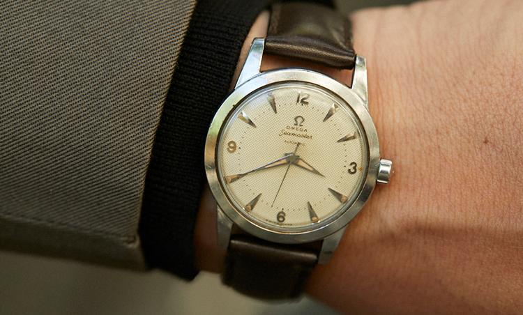 <p>時計は、1970~80年代のオメガのシーマスター。「あまりコーディネートの邪魔にならないような薄めのモデルを合わせました」</p>