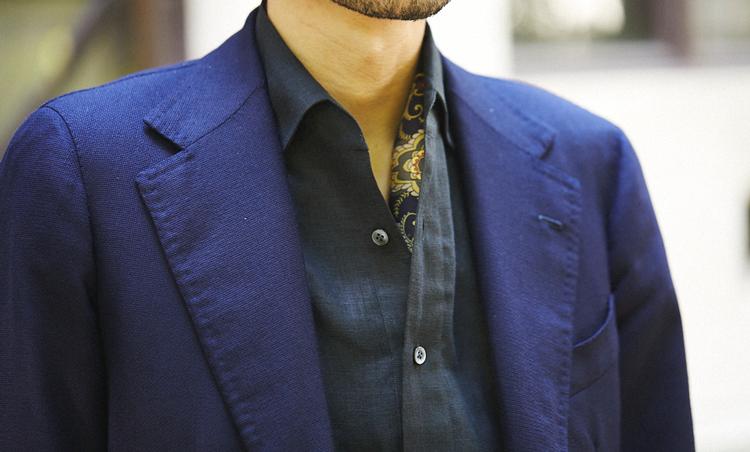 <p>一見カジュアルなプルオーバーシャツの襟元に、ネッカチーフをさりげなく挟むと素肌が見える面積も少なくなり、ぐっと上品な印象になる。</p>