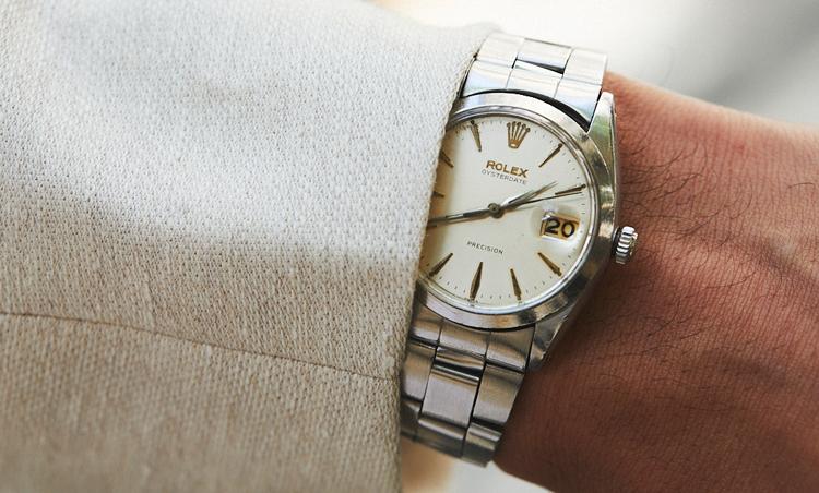 <p>時計は、ロレックスのオイスターデイト。「母から譲り受けたもので、20年愛用しています。SSケースですが、文字盤がアイボリーに焼けているので、様々なコーディネートに活躍しています」</p>
