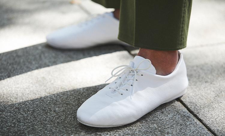 <p>足元も白で爽やかさUP。</p>