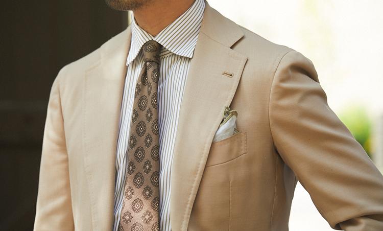 <p>ホップサック地のスーツに、ストライプシャツ、小紋タイをすべて濃度違いのベージュでまとめた、美しいベージュグラデーVゾーン。</p>