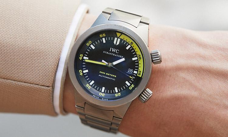 <p>時計は、IWCのアクアタイマー。ダイバーズウォッチが手元にスポーティな雰囲気を加えている。</p>