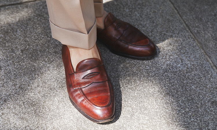 <p>足元も明るめブラウンにして、着こなし全体のカラートーンのつながりを意識。</p>