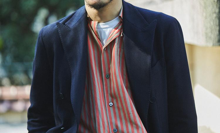 <p>黒ジャケの下にビスコースの柔らかな質感のシャツ、その下に白をレイヤード。華やかカラーとブラックのコントラストが◎。</p>