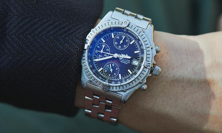 <p>時計は、ブライトリングのブラックバード。「カジュアル・ビジネス問わずスタイリングに馴染む優れた汎用性が魅力です。出張に行くに相応しいタフさも重宝する理由」</p>