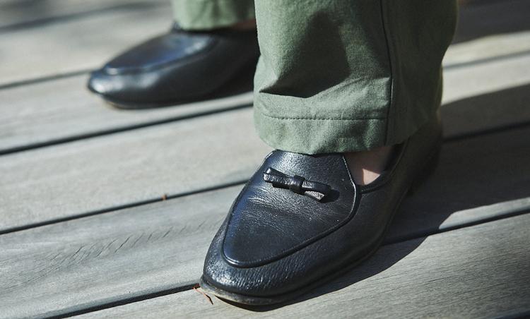 <p>足元も、柔らかレザーのボードイン&ランジで軽快な雰囲気に。</p>