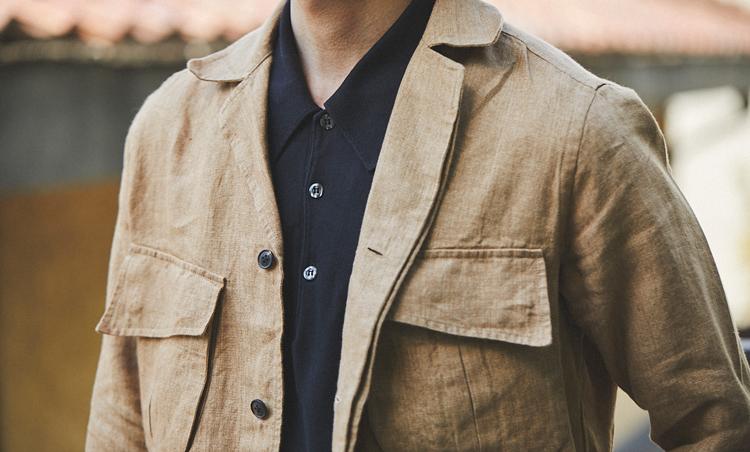 <p>リネン混のカジュアル感あるジャケットに黒のニットポロをIN。ボタンを一番上まで留めてシックな印象に。</p>