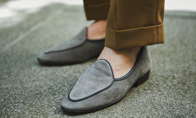 <p>足元はグレースエードのボードイン&ランジを素足履きして軽やかさUP。</p>