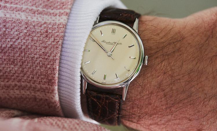 <p>時計はInternational Watch Companyのヴィンテージ。「モデル名は不明だが、未使用品でおそらく1960年代のもの」ということで、派手色のジャケットの手元をシックに引き立ている。</p>