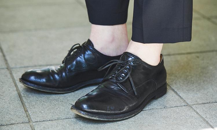 <p>トップスがカジュアルな分、足元は黒で引き締めている。</p>