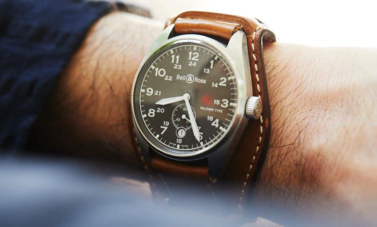 <p>ベル&ロスの時計で手元の存在感UP。</p>