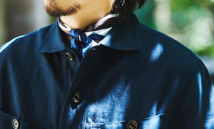 <p>ワークジャケットの襟元は、スカーフを挟むことでドレス度をプラス。</p>