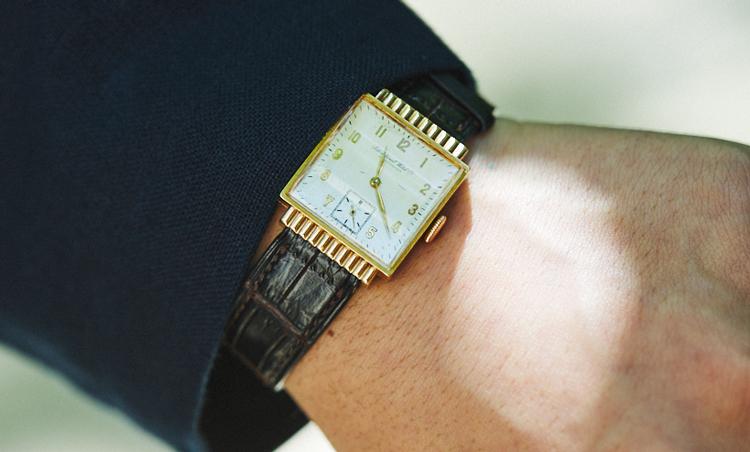 <p>時計は、1940年代のInternational Watch Company。「ピンクゴールドの小さいフェイスが上品で気に入っています」</p>