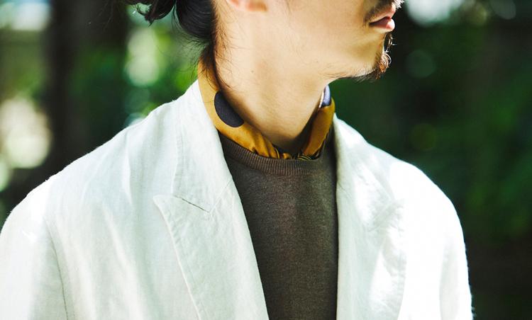<p>ベージュのカジュアルジャケットは、ブラウン系のクルーネックニットでシックに。ニットのシルク素材に合わせてシルクスカーフを挿して艶気をプラス。</p>