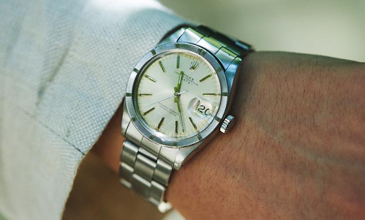 <p>手元には、ロレックスのオイスター パーペチュアル。「私がこの業界で生きていこうと心に決めた際に、ファッションには疎い父が私にくれた時計なので、いつも身に付けるようにしています」</p>