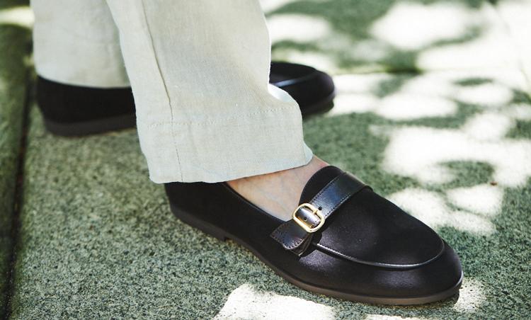 <p>ベージュのセットアップはリネン素材でカジュアルなので、足元もスエードローファーを素足履きしてカジュアル感を出した。</p>