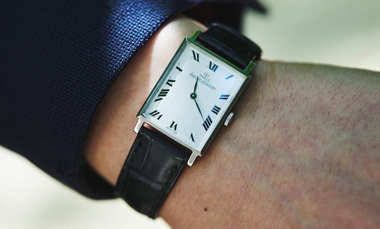 <p>時計は、ヴィンテージのジャガー ルクルト。「1970年代のものになります。この年代はスクエア型が多く存在しますが、その中でも極力シンプルなものを選びました。白Tシャツにこの時計だけでもスタイルが確立してくれそうなので、個人的にすごく気に入っています」</p>