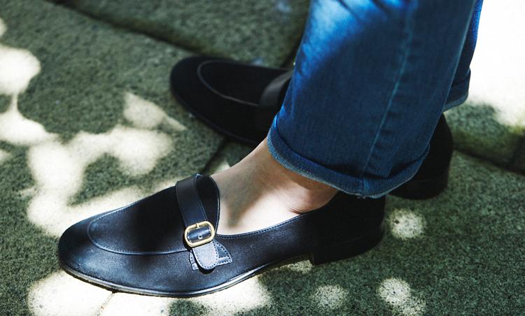 <p>デニムの足元はフェランテ ヴィアッジョのローファーで軽快に。ブルーグラデーションで美しくまとまっている。</p>