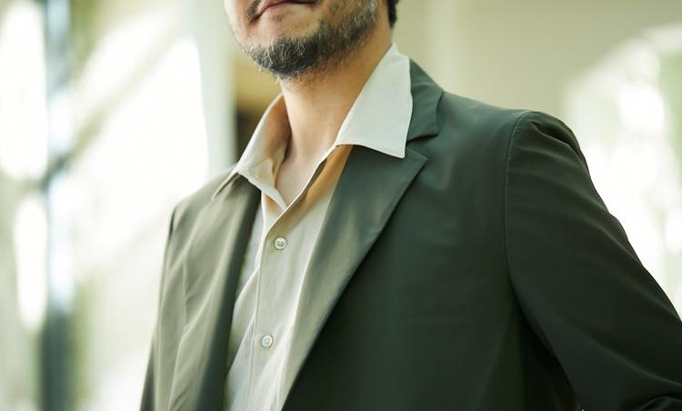 <p>コットンポプリンのシャツの襟をラペル上にアウトして、リラックス感を高めている。</p>