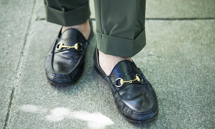 <p>足元はグッチのビットローファーで上品さをプラス。</p>