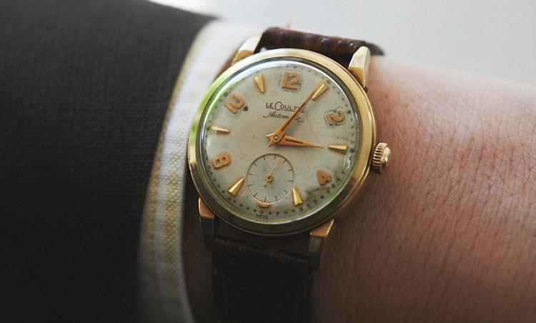 <p>時計は、ルクルトの1960年代のヴィンテージ。「気負わず使えるので重宝しています」日焼けした文字盤と、イエローストライプシャツの手元がグッドバランス。</p>