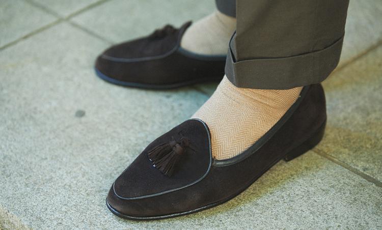 <p>足元はボードイン&ランジのスリッポンを素足履きで軽快さUP。</p>