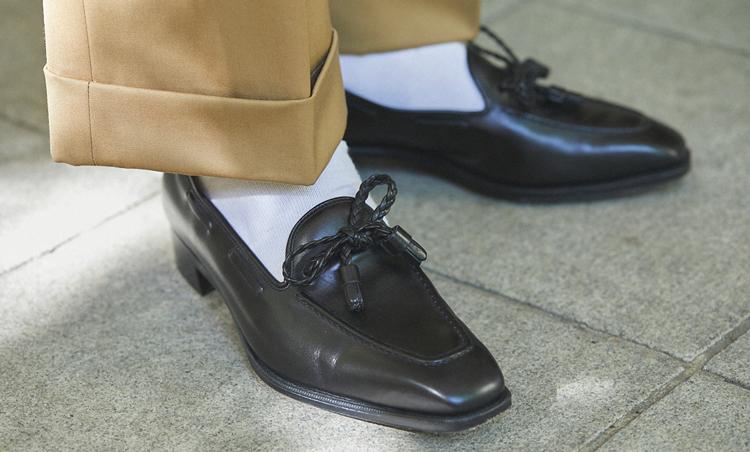 <p>カジュアルスタイルの足元は、ブレシアーニのホワイトソックスをアクセントに。</p>