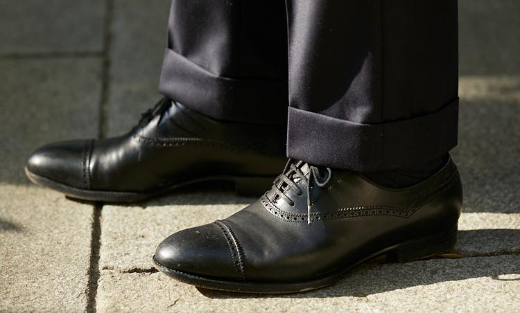 <p>足元は、サン・クリスピンのクォーターブローグ。「一般的にはドレス靴の定番はストレートチップと言われるが、個人的にはこれくらい装飾性があるほうが好み」</p>