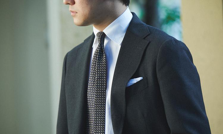 <p>シワになりにくい6プライの強撚スーツを、柔らかな素材や色みのシャツタイでまとめた。</p>