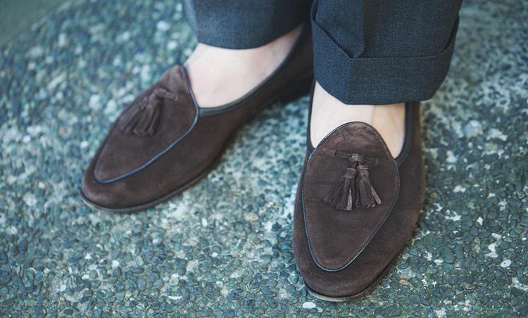 <p>足元はボードイン&ランジのスエードローファーを素足履きして夏らしい軽さを出した。</p>
