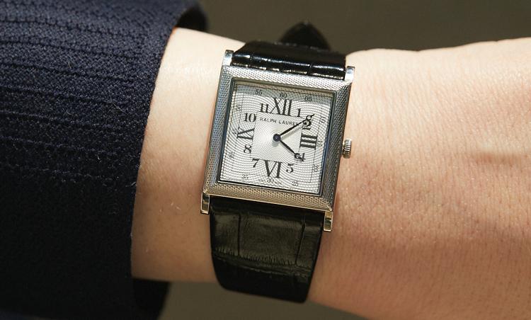 <p>時計はラルフ ローレンのスリムクラシック867。ホワイトゴールドにギョーシェ彫りが涼し気でお気に入り。</p>
