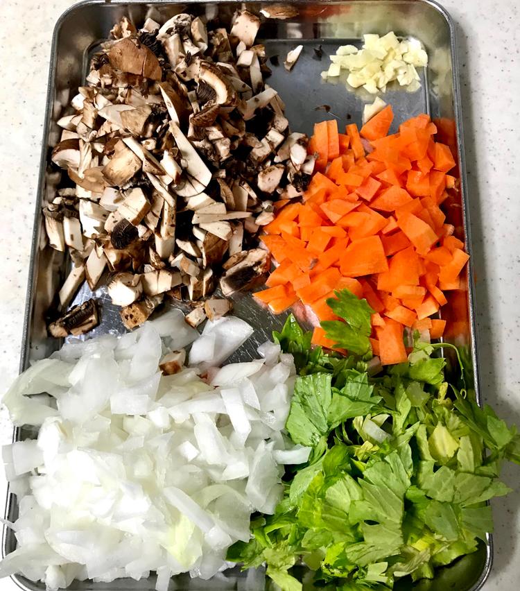 <p>2. にんじん、セロリ、玉ねぎ、マッシュルームを粗みじん切りに、ニンニクはみじん切りにしておく。</p>