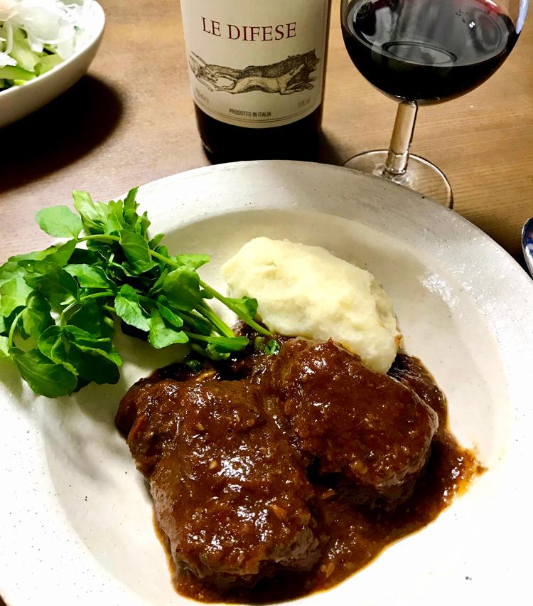 <p>19. 皿に肉を盛り、ソースをたっぷりかけ、マッシュポテト、クレソンを添えたら完成! 重めの赤ワインと一緒にどうぞ。</p>