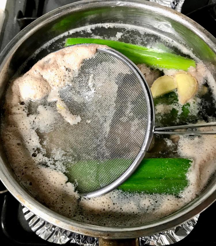 <p>5. 沸騰し、灰汁を取ったら火を止め、蓋をしてそのまま15分ほど放置する。(火を入れ過ぎない事によって、レバーが柔らかく仕上がる)</p>