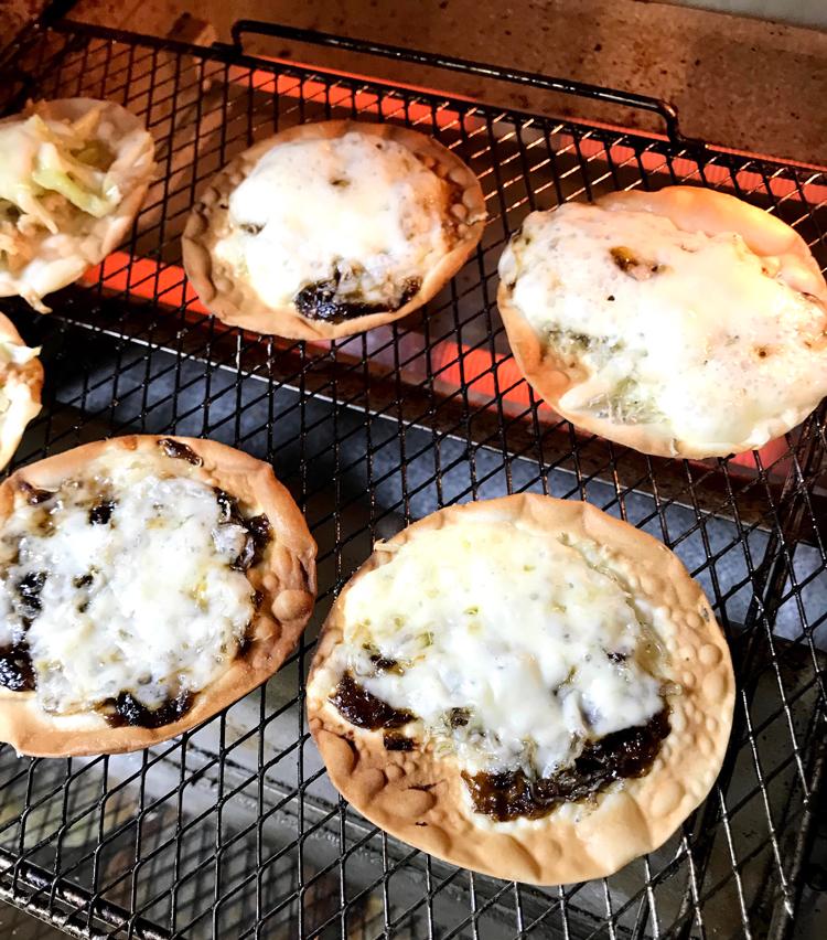 <p>8. 皮にオリーブオイルを塗り、具材、チーズを載せ、トースターで焼いたら完成。味噌とチーズも絶妙に合う!</p>
