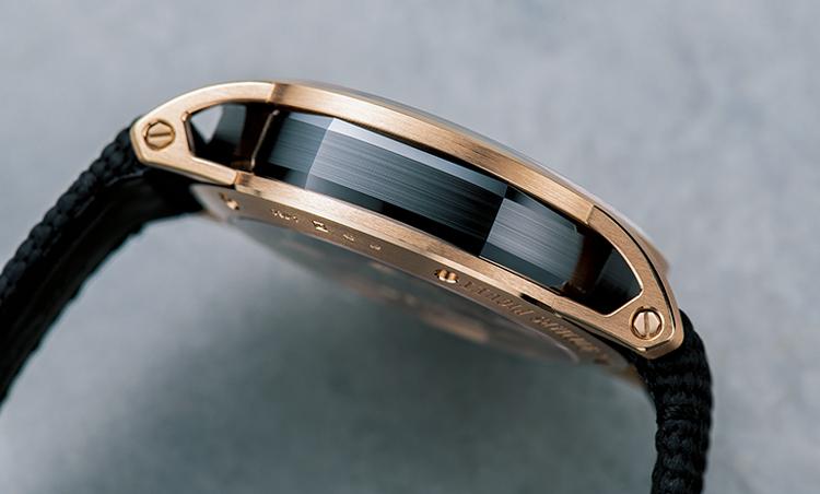 <p>ゴールドにブラックセラミックのミドルケースをはめ込んだことで、CODE 11.59 バイ オーデマ ピゲの多面的な形状が一層際立って見える。</p>