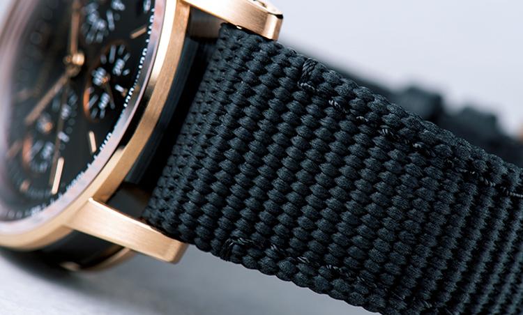 <p>ストラップは、カーフレザーのライニングにテキスタイルモチーフのラバーコーティングを施したもの。フィット感がよく、時計を軽快に見せるポイントになっている。</p>