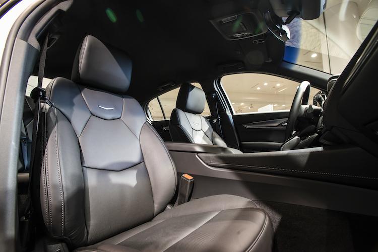 <p>サイドブラインドゾーンアラートなどの警報時、シートクッションに内蔵されたバイブレーターでもドライバーに知らせてくれる。スポーツにはマッサージ機能も備わる。</p>