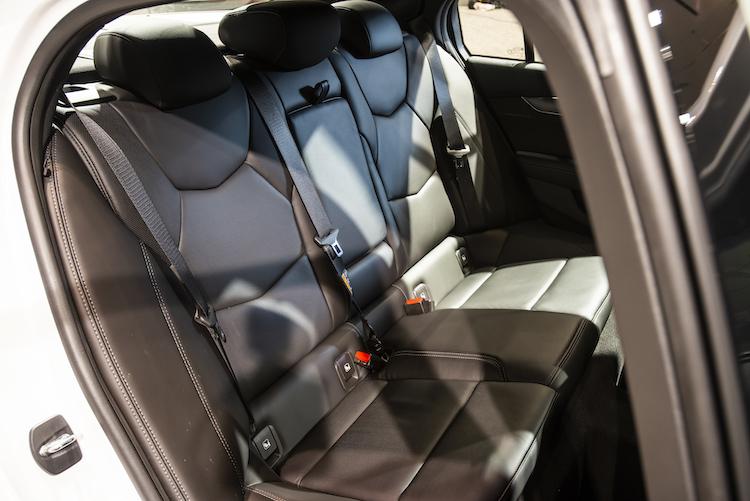 <p>後席は6:4分割可倒式とされ、長尺物にも対応。イオン発生除菌機能付きエアコンが装備される。ちなみにセンサーが大気汚染を検知するとインレットを閉じて車内へのエア流入を遮断するそう。</p>
