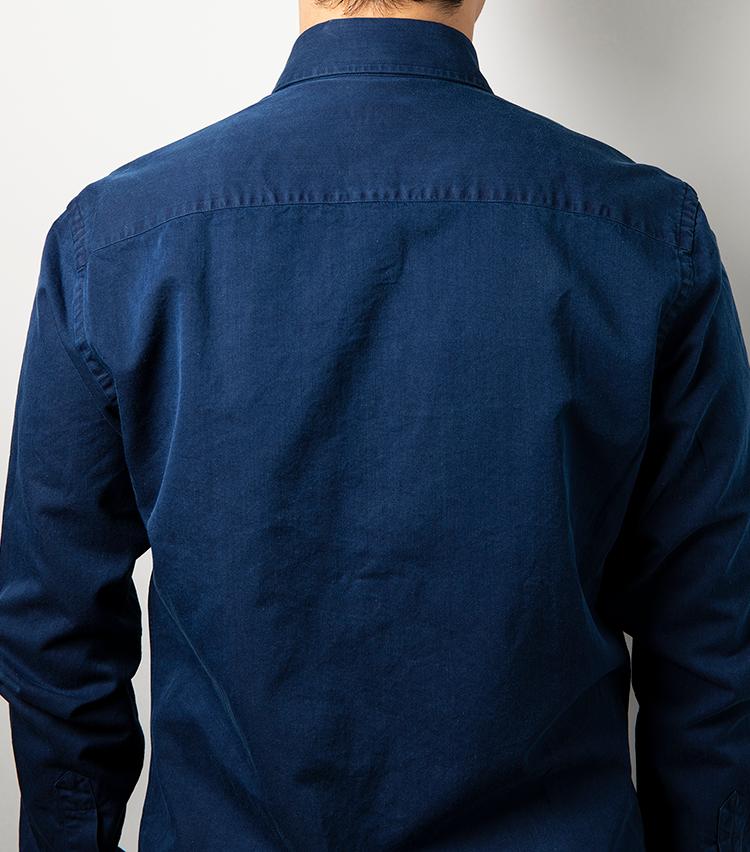 <p><strong>背ダーツなし!だけど立体的で身体にフィット</strong><br /> イタリアンブランドに多い細身のシャツとは一線を画すモダンクラシックのサイジング。背ダーツを排しながらも、熟練職人のカッティングで立体的に縫製されるから、肩の収まりがとことんいい。着丈は73cm(サイズ39)とやや短めながら、問題なくタックイン可能だ。その他、高級白蝶貝ボタンを鳥足掛けでつけるなど、本格仕様となっている。</p>
