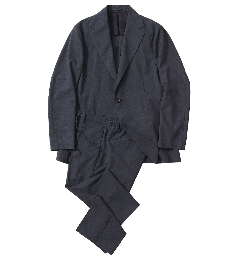 <p><strong>3.フィンジャックのグレーセットアップ</strong><br /> パンツのウエストがエラスティック仕様、ドローコード付きのイージーセットアップ。アンコンシャスな仕立て、袖もボタンなしとなっており、スニーカーと合わせた装いとも相性抜群。ジャケット6万4900円、パンツ3万800円(以上シップス 銀座店 TEL 03-3564-5547)</p>