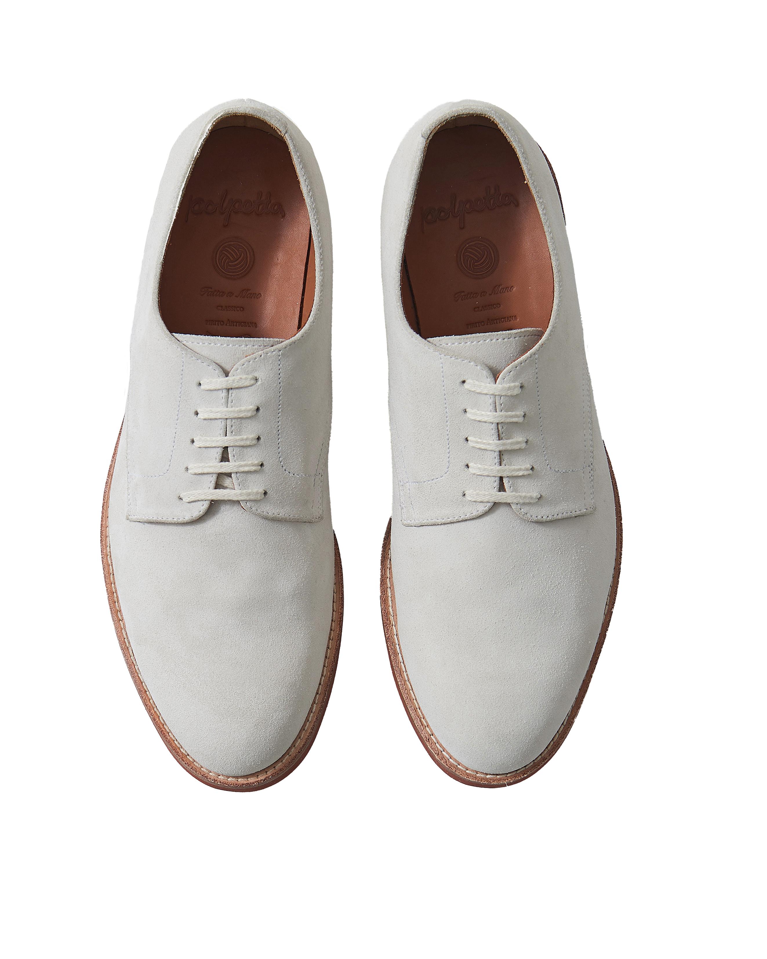 <p><strong>25.ポルペッタのホワイトバックス</strong><br /> 2013年にデビューした日本の新鋭靴ブランド。イタリアンテイストの靴に定評があるが、こちらはレンガソールの仕様で本場米国ブランド顔負けのホワイトバックスだ。絶妙にスリムな形もモダンな雰囲気を醸し出す。3万6300円(ビームス 六本木ヒルズ TEL 03-5775-1623)</p>