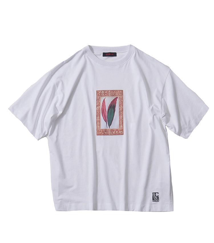 <p><strong>4.キャバンのプリントTシャツ</strong></p> <p>同ブランドが得意とするアートTシャツシリーズの1枚。1810年の銅版画手彩色による植物図譜から厳選されたモチーフに、18~19世紀のタイプファウンドリによる書体やオーナメントを組み合わせてデザインされたグラフィックがリゾートスタイルマッチ。2万5300円(キャバン 代官山店 TEL 03-5489-5101)</p>