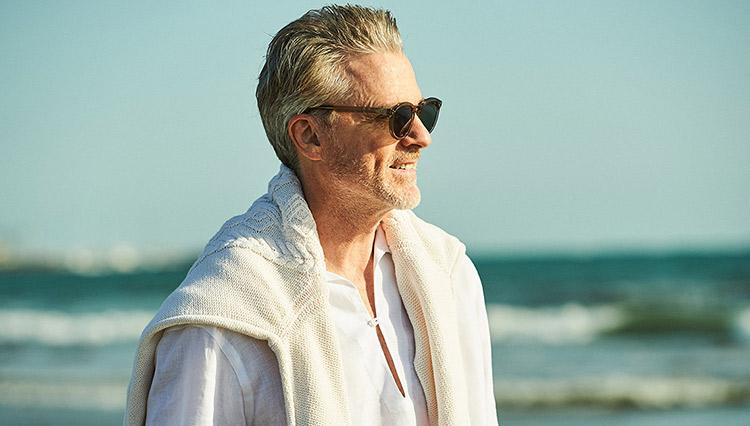 カプリシャツによる海辺にぴったりなスタイリングとは?