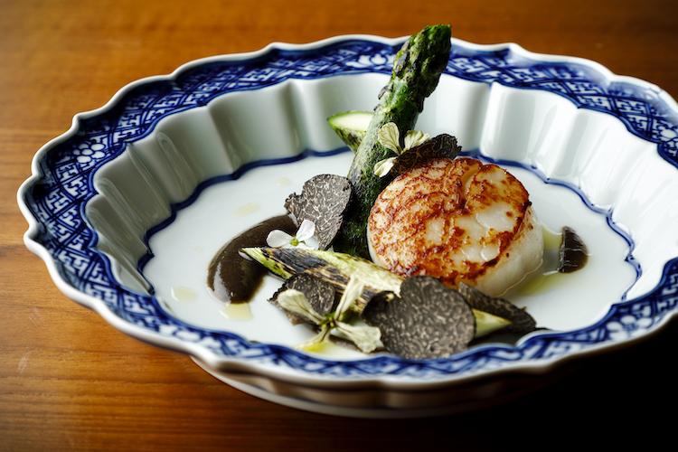 <p>ディナーコースより(以下同)「北海道産帆立貝 グリーンアスパラガスと黒トリュフ」。シンプルに焼き上げた素材に、オールドシェリーヴィネガーのヴィネグレットを添えた爽やかな前菜。</p>
