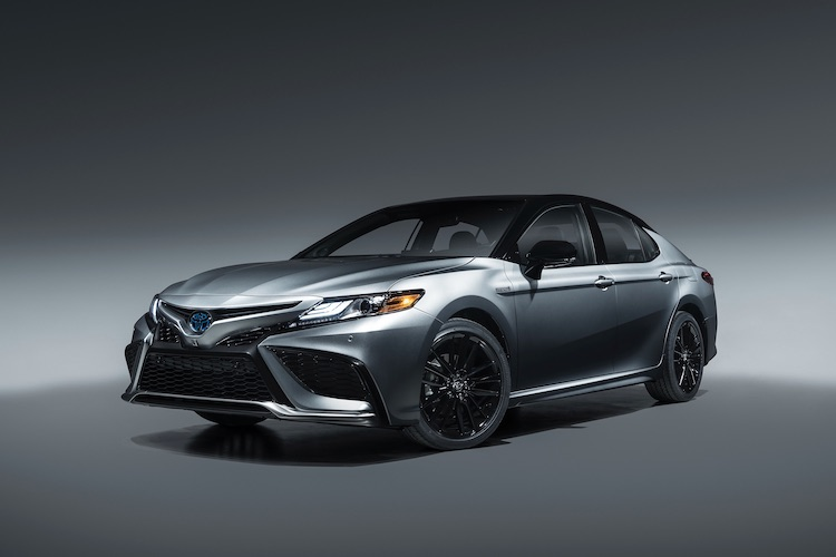<p>アメリカ市場で人気のトヨタ カムリ。現行モデルは2017年に北米国際モーターショーで発表されている。2.5リッターエンジンを搭載したハイブリッド(写真)に加え、2.5リッターと3.5リッターのガソリンエンジンモデルをラインナップする。</p>