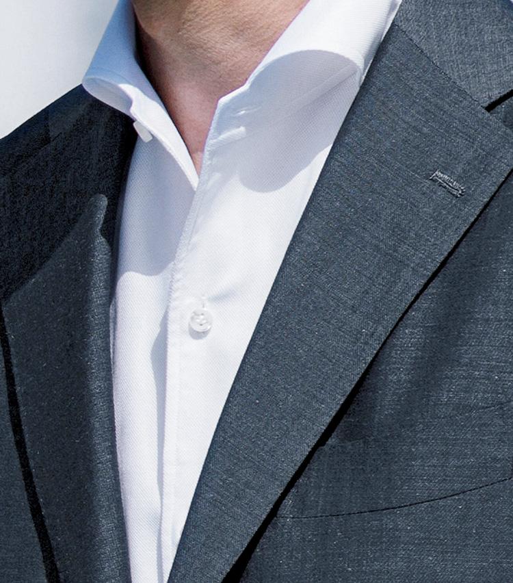 <p><b>[STYLE5]都会派ジェントルマンのクールビズに</b></p> <p>控え目で都会的、紳士的。そんなグレーに清潔感や真面目さを感じさせる白を合わせた上品なスタイルです。無彩色とはいえミディアムグレーなので、冠婚葬祭っぽさがないのも利点です。</p>