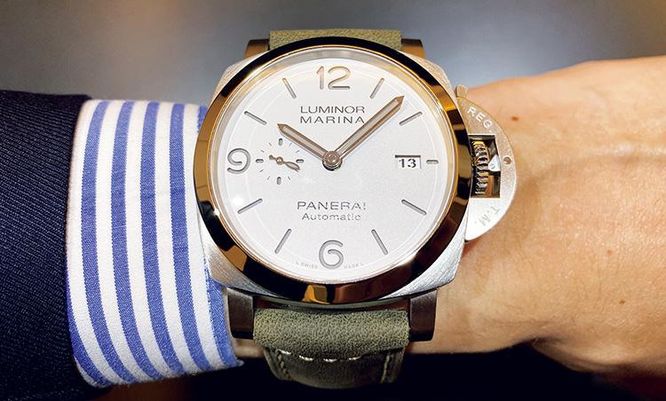 <p><b>イチオシその3:PANERAI(パネライ)<br /> ルミノール マリーナ-44mm</b><br /> 「パネライでは珍しいホワイトのサンドイッチ文字盤が、ポリッシュケースに映えます。ミリタリーカラーのストラップでカジュアルなファッションにも合います」。</p>