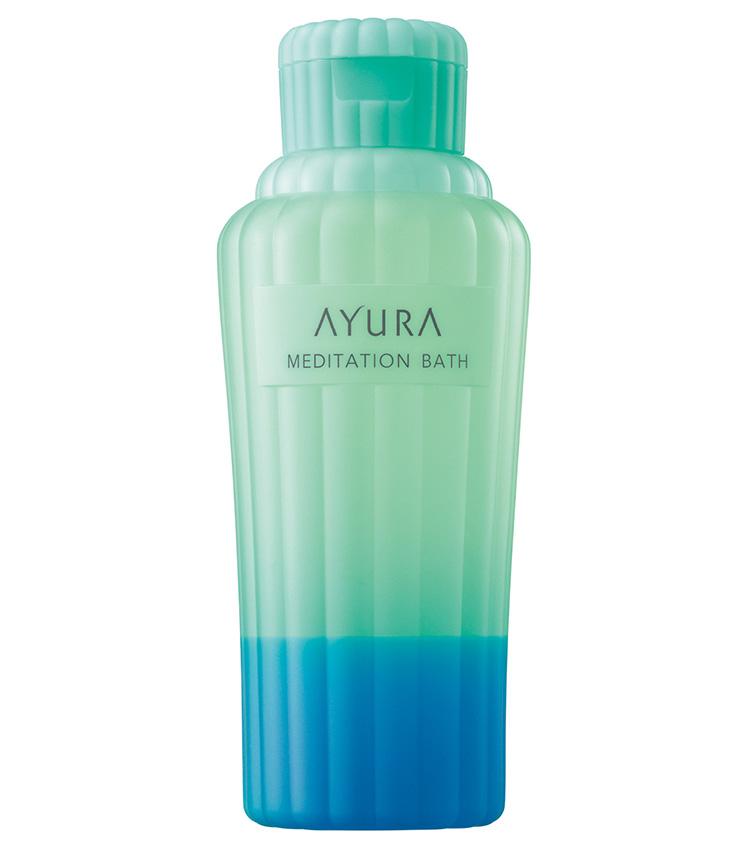 <p><b>AYURA<br /> アユーラのメディテーションバス(香涼み)</b><br /> 夏とはいえど代謝や癒しの観点から浴槽に浸かるのが望ましい。そんなときに活躍するのが涼しい入浴剤。整肌成分のどくだみや桃の葉、爽やかなハッカ油が夏のバスタイムを至福のひとときに変える。限定発売。300㎖ 2200円(アユーラ)</p>