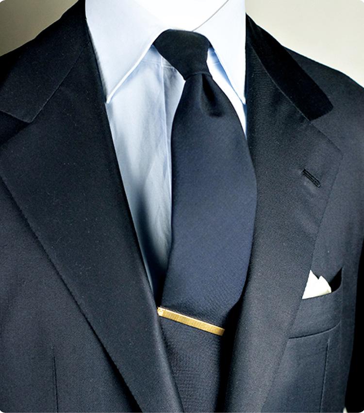 ネクタイの悩み_タイを持ち上げるように挿すと効果的